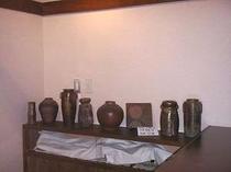38. あちこちに飾られた美しい陶器
