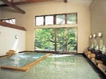 9. 6室にゆとりあるお風呂は浴槽に入ったままでも「寺間善の滝」と利根川を望むことができる