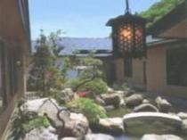20. 池には錦鯉も泳ぐ美しい中庭の石庭「岩清水」