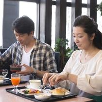 ご朝食は定食スタイルです。 鉄板調理で、出来立てアツアツのたまご料理や焼き魚をぜひご賞味ください。