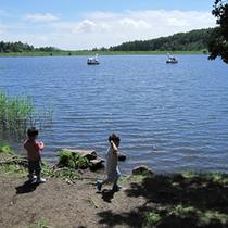 ■湖畔で水遊び