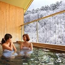 雪景色を臨む露天風呂(日毎入れ替え制)