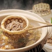 ■お部屋でお食事♪ケータリング例■ 信州贅沢鍋の〆は信州そばでお召し上がりください♪