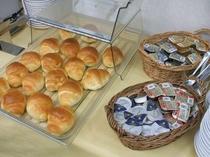 朝食バイキングのロールパン。ジャムは3種類と充実(ストロベリー・ブルーベリー・マーマレード)