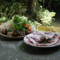新鮮なイノシシ肉と野菜