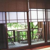 窓から見えるテラス