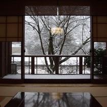 冬:部屋から見る雪景色