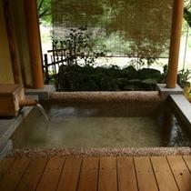 渓流を望む露天風呂付き客室