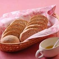 評判の地元産小麦を使った自家製パン オリーブオイルでどうぞ