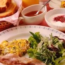 自家製ベーコン、自家製ジャム、自家製ヨーグルト(朝食の一例)