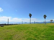 軍艦島と海をバックに記念撮影