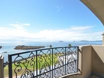 客室のテラスからは軍艦島と五島灘を一望