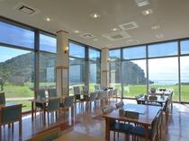 レストランは窓が大きく開放的な空間です。