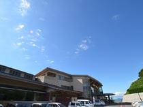 高く青い空がおもてなしいたします。