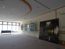 3階ホワイエには軍艦島の写真パネルを展示中