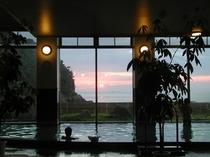 大浴場から五島灘に沈む夕日がご覧いただけます