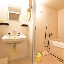 *デラックスツイン(客室一例)/各客室にユニットバスが完備されています。