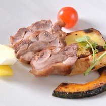 """*お夕食一例(焼き物)/地元名産""""媛っこ地鶏""""のグリル温野菜添え。"""
