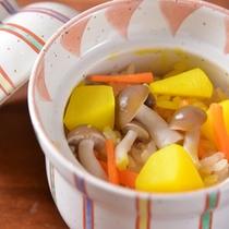 *お夕食一例(炊き込みご飯)/秋の味覚たっぷり!旅行ではもちろん旬を味わいたいですよね。