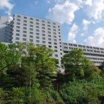 【ホテル外観】新緑と天気の良い日の青空はとってもきれいです!