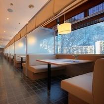 大きな窓から見える定山渓の四季とともに料理を堪能