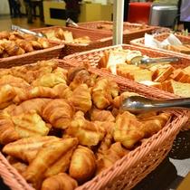 【朝食バイキング】各種パンなど洋食メニューもご用意(一例)