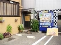 BKウィークリー入口=自動販売機横