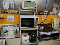 キッチンには自炊ができる調理道具、調味料等一式取り揃えております。