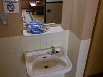 【個室の洗面】バス・トイレ付きの個室には洗面台がございます。(ドライヤー有り)
