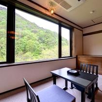 *新館和室(客室一例)/*窓いっぱいに景色を眺める広縁での一時は格別です。