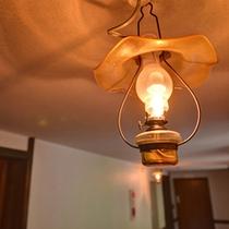 *廊下にかかるランプ/館内の優しい明るさにも癒されます。