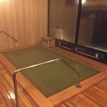 *内湯 木造の湯小屋内浴室の床は板の間で優しい空間