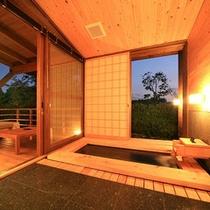 【離れの半露天風呂】リラックスできる檜の内湯。