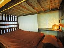 【2段ベッド】各ベッドにはカーテンと照明を配置して個室風にしております。