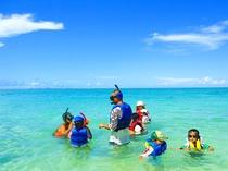 【アクティビティ】干潮の時間帯は、小さなお子様でも箱メガネなどを使いながらお魚達を見る事が出来ます!