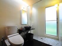 【和室・4人部屋】自然の明かりが差し込むトイレ&シャワースペース