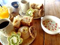 【ご朝食】カフェスペースでごゆっくりと自慢のパンをお召し上がりください。