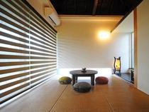 【琉球畳の和室(6畳)】ブラインドやクッションなどのインテリアにもこだわりを。