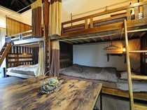 【8人部屋(2段ベッド×4)】テーブルもあります。