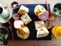【ご朝食】焼きたてのパンを温かいスープとともにどうぞ♪