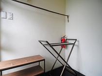 【和室・4人部屋】荷物置きと折畳み棚