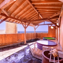 *露天風呂/伊勢湾の内海海岸を一望。潮の香りがとても心地よく、癒しのひと時をお過ごしいただけます。