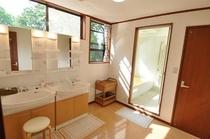 2階の明るく清潔な洗面所
