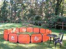 広い芝生の上での簡易ドックランです。