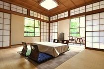 山の間・和室18畳最大8名様まで宿泊可能です。