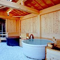 【陶磁器露天風呂】信楽焼の陶器風呂。土と炎が織りなす「わびさび」の趣をお楽しみください。