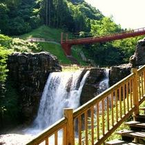 【滝の吊り橋】身も心も癒される渓谷美。当館から徒歩で20分です。