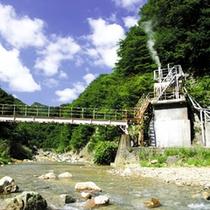 源泉は土湯温泉街から約2km、山深い荒川の源流沿いにございます。