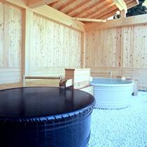 【陶磁器露天風呂】浴室は総檜造りで「信楽焼」の陶器を使った2つの露天風呂がございます。