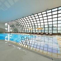 *室内プール/広い窓が開放的な南国のような室内プールでリゾート気分満喫。